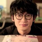 綾野剛のメガネ姿のCMが可愛いと話題に!不思議な魅力の画像集!
